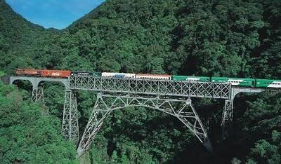 Composição turística passa na Ponte S. João sobre uma garganta de 550 metros de altura