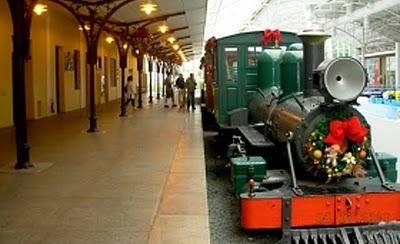 """Plataforma de embarque com a locomotiva """"Maria Fumaça""""."""