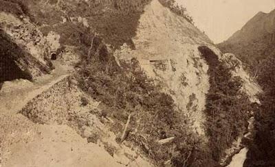 Tuneis escavados no coração da rocha montanhosa