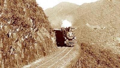 E as primeiras locomotivas a vapor começam a correr pelos trilhos da ferrovia