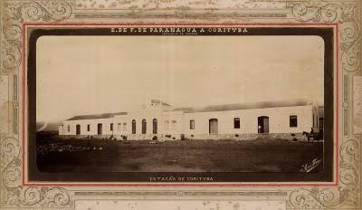 """A estação ferroviária de """"Corityba"""" em cartão postal do fotógrafo Marc Ferrez"""