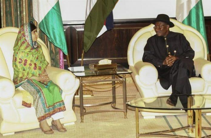 A adolescente de 17 anos Malala e Goodluck Jonathan, durante reunião no palácio do líder em Abuja (capital) no último dia 14 de julho