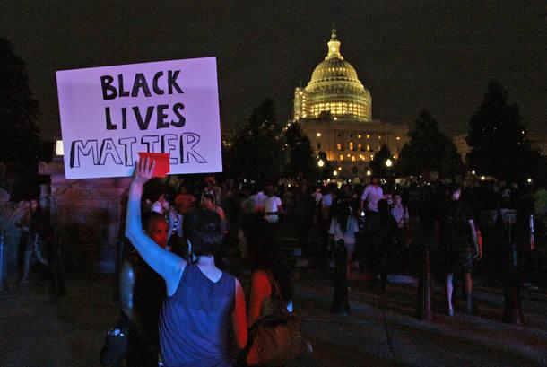 """Manifestante segura cartaz com a inscrição """"Vidas dos negros importam"""" na frente do Capitólio dos EUA, em Washington, em protesto contra a morte de Alton Sterling e Philando Castile"""
