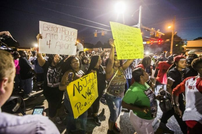 BATON ROUGE, LA -JULY 06: Protester march to the convenience store where Alton Sterling was shot and killed, July 6, 2016 in Baton Rouge, Louisianna. Sterling was shot by a police officer in front of the Triple S Food Mart in Baton Rouge on Tuesday, July 5, leading the Department of Justice to open a civil rights investigation. Mark Wallheiser/Getty Images/AFP == FOR NEWSPAPERS, INTERNET, TELCOS & TELEVISION USE ONLY ==