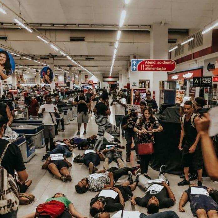 corpos deitados no chão do supermercado extra em protesto a morte de Pedro Henrique Gonzaga