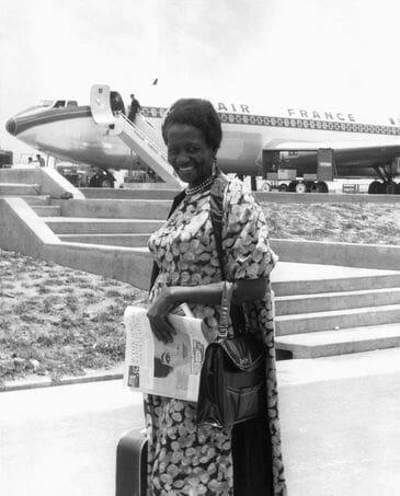 Brasil, Campinas, SP, 13/12/1961. Retrato da escritora Carolina Maria de Jesus no Aeroporto de Viracopos, em Campinas (SP) em viagem, em um voo pela Air France, até o Uruguai para acompanhar o lançamento de seu livro